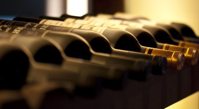 bouteilles de vins alignées sur une étagère dans une cave