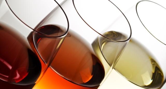 verres de vin rouges et blancs