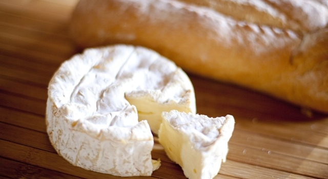 fromages-pate-molle-camembert-pain-bio.jpg